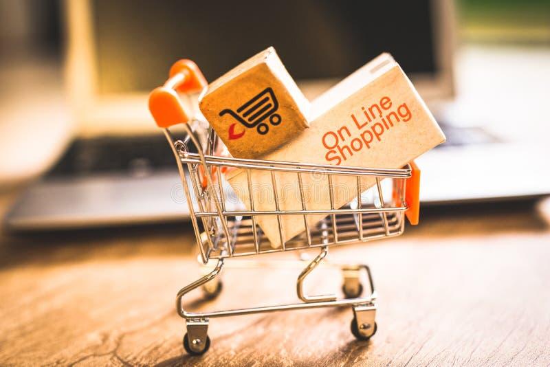 Покупающ и продающ онлайн, идея о цифровой коммерции стоковые фото