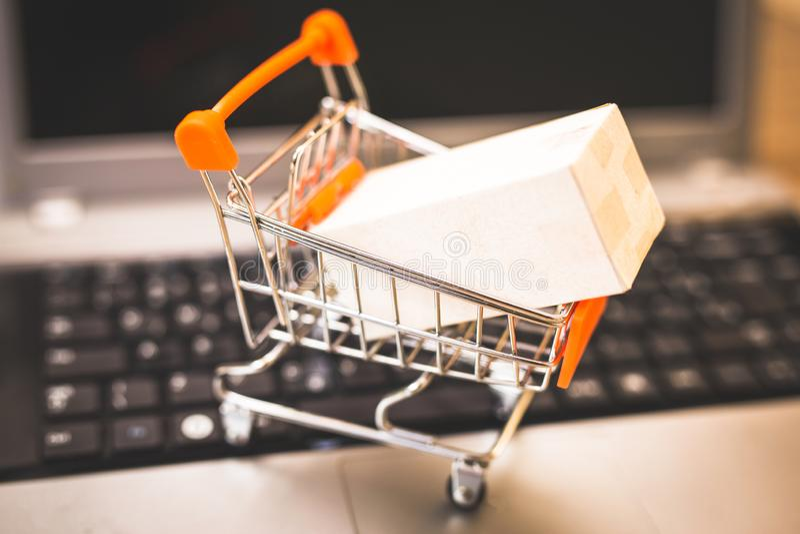 Покупающ и продающ онлайн, идея о цифровой коммерции стоковая фотография rf