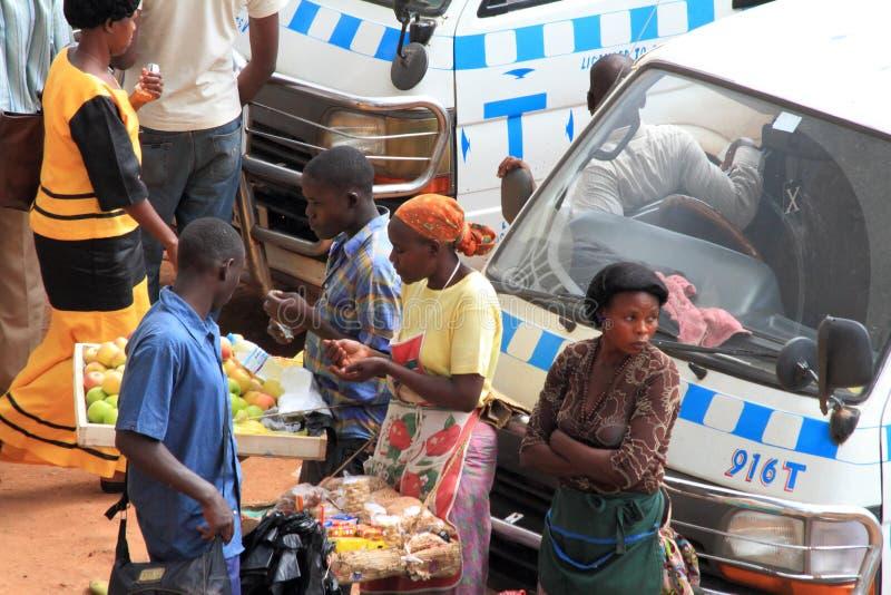 Покупающ и продающ товары в Уганде стоковое изображение