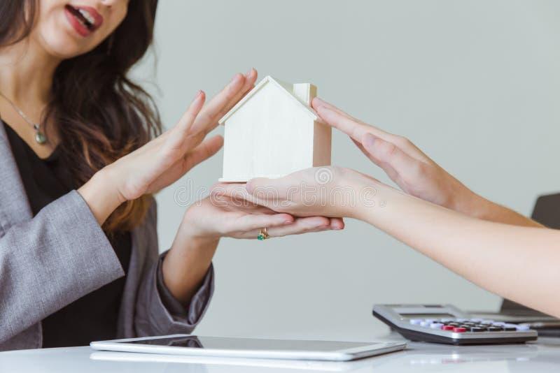 Покупая арендное агенство внутренней продажи дать новый дом стоковые фотографии rf