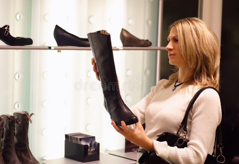 покупая ботинки стоковое фото rf
