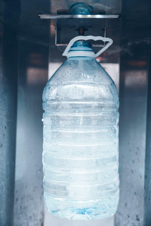 Покупая вода в машине воды стоковое изображение