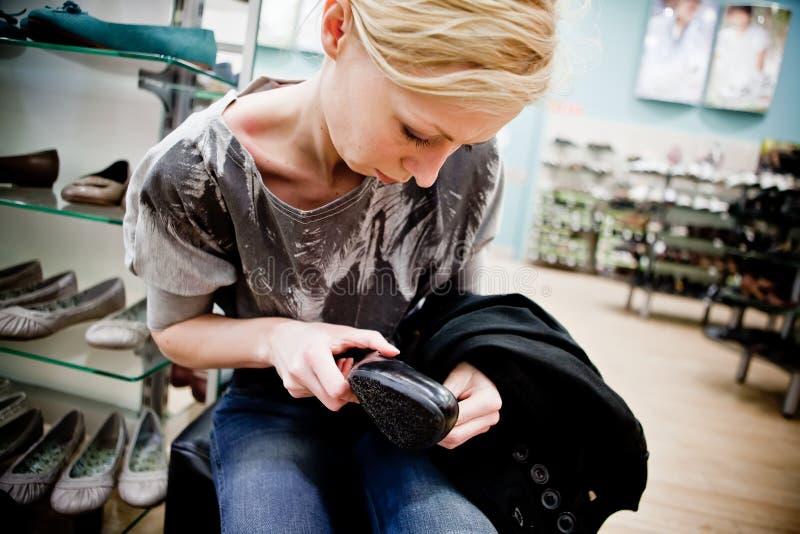 покупая женщина магазина ботинок стоковые фотографии rf