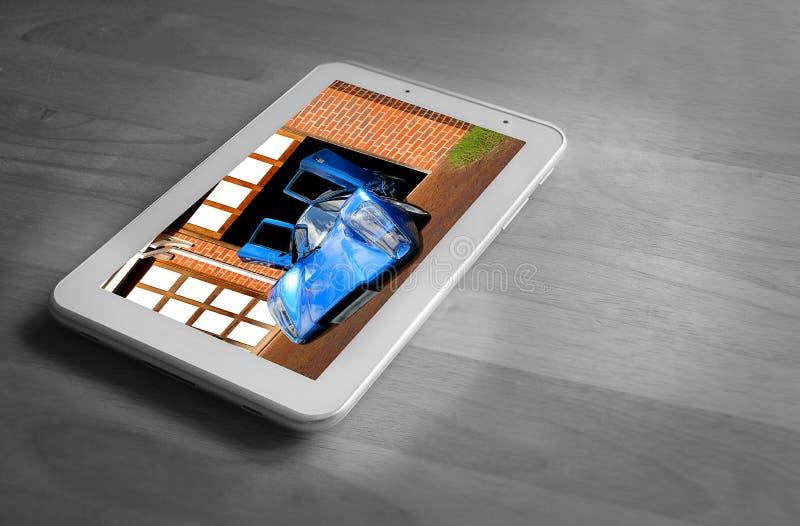 Покупая новый автомобиль спорт на таблетке стоковые изображения