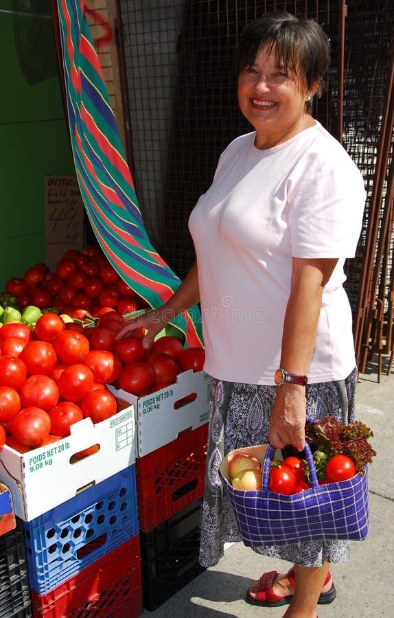 покупая овощи стоковое изображение rf