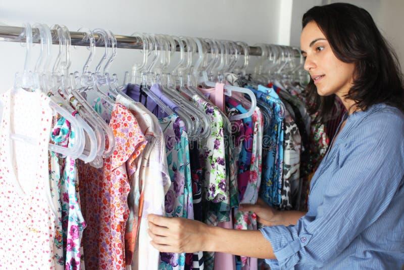 покупая одежды хранят женщина стоковое фото