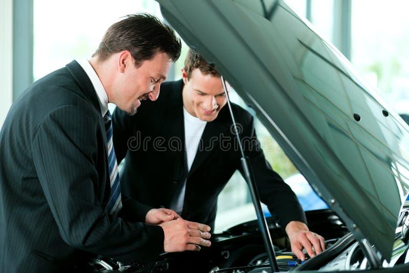 покупая продавец человека автомобиля стоковое фото rf