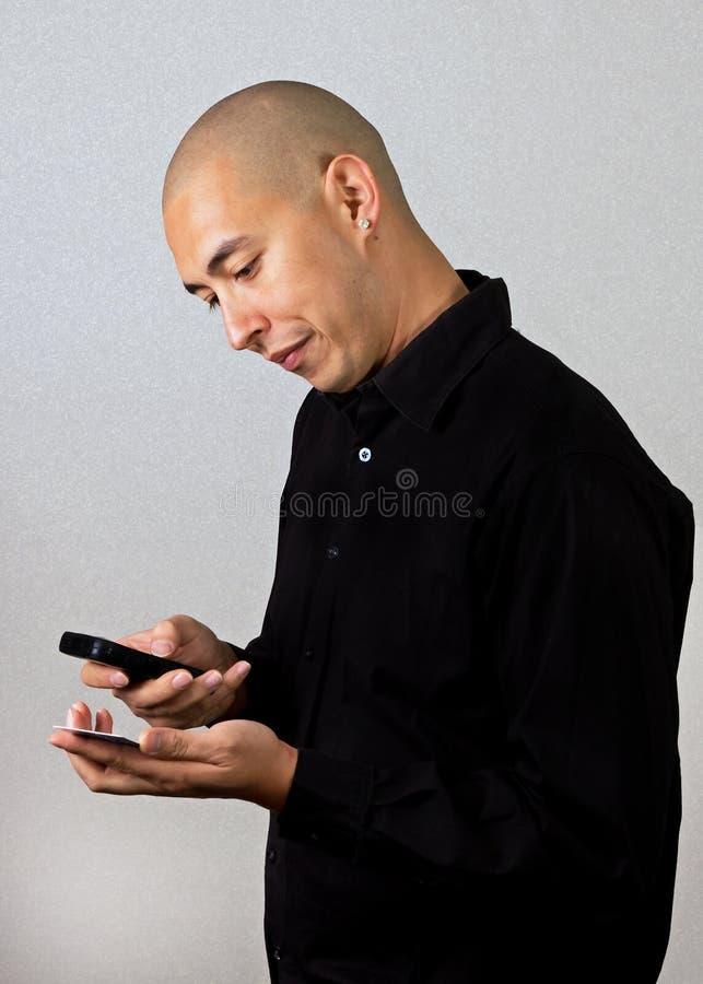 покупая smartphone человека через стоковое изображение
