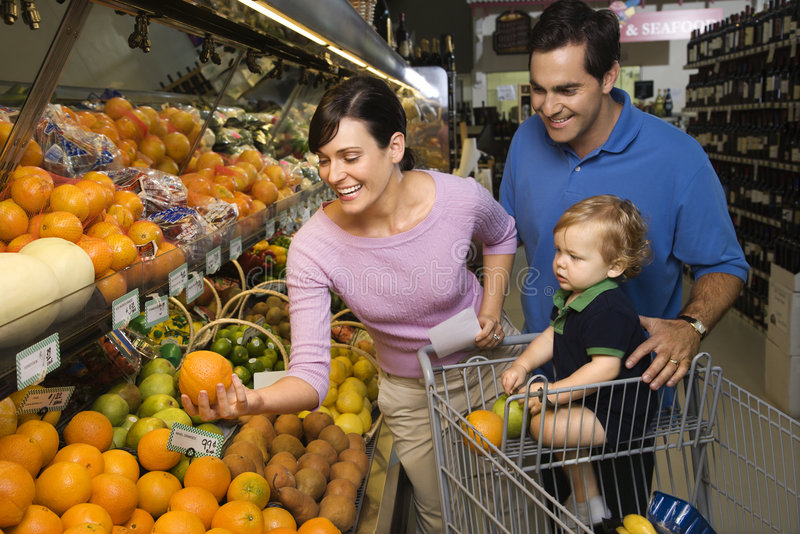 покупка бакалеи семьи стоковые фото