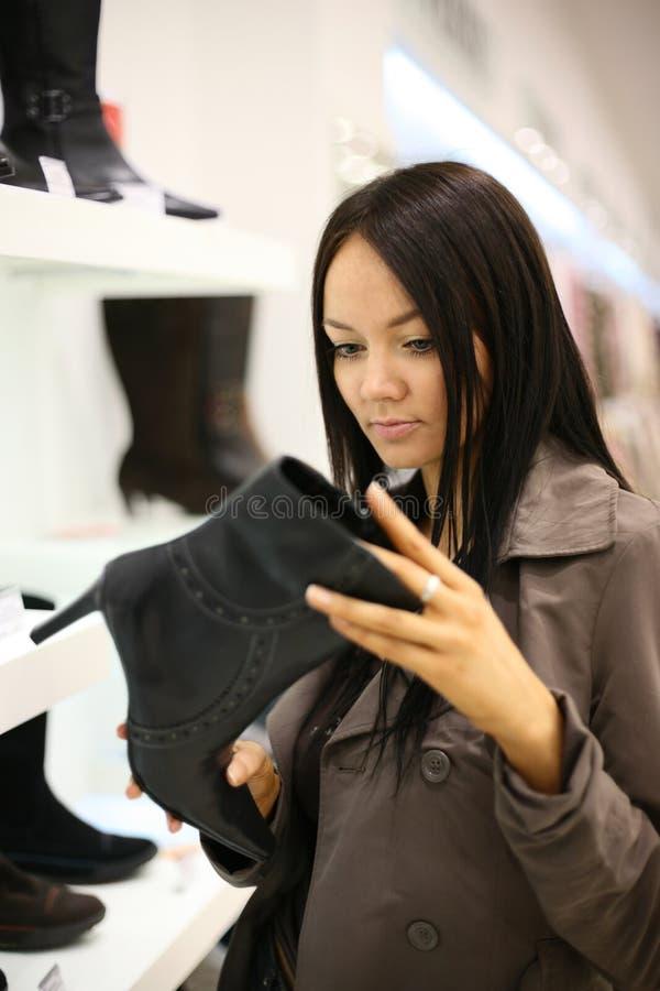 покупка ботинка стоковое изображение rf