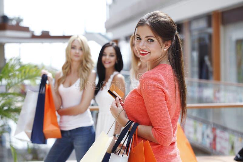 Покупка женщины с кредитной карточкой стоковая фотография