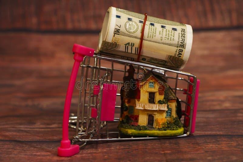 Покупка нового дома, дом в корзине изолирован стоковые изображения