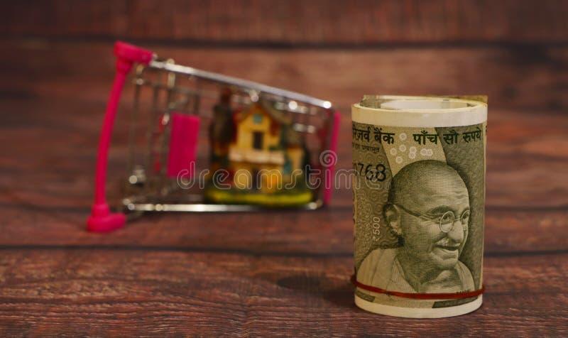 Покупка нового дома, дом в корзине изолирован стоковая фотография rf