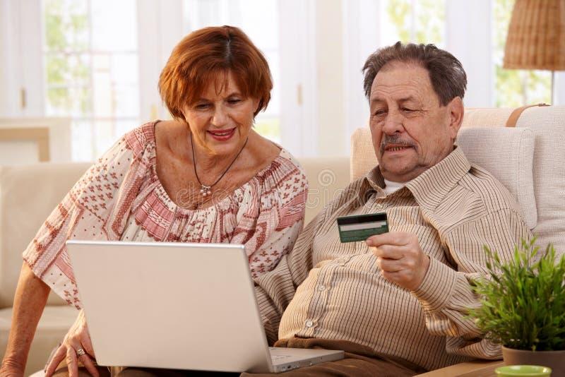 покупка пар пожилая он-лайн стоковые изображения
