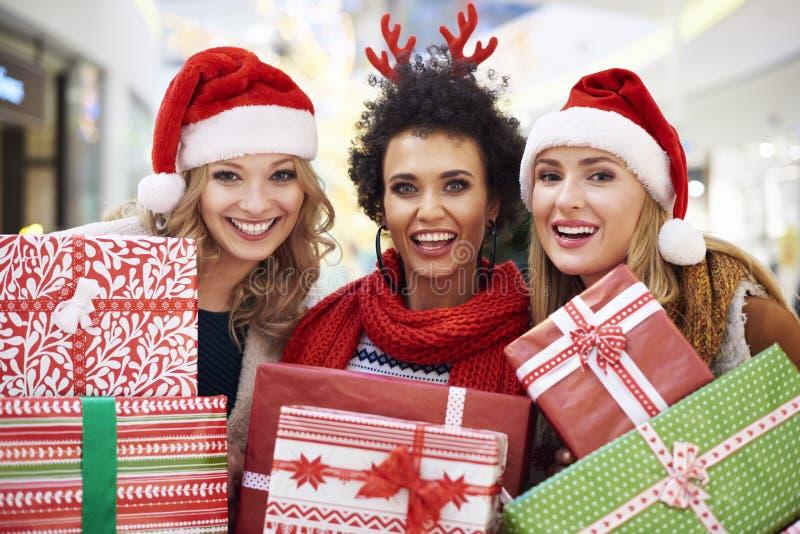 Покупка рождества с друзьями стоковые изображения