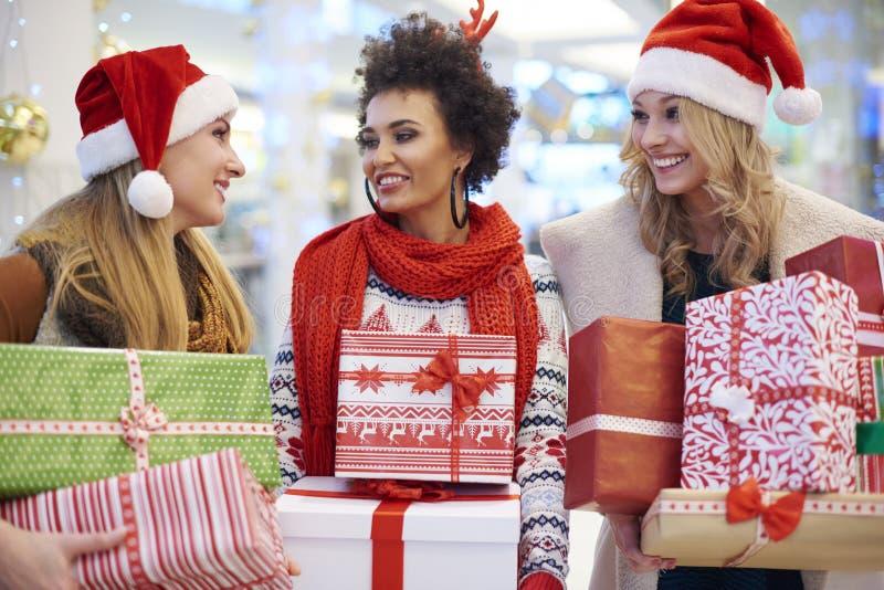 Покупка рождества с друзьями стоковое изображение