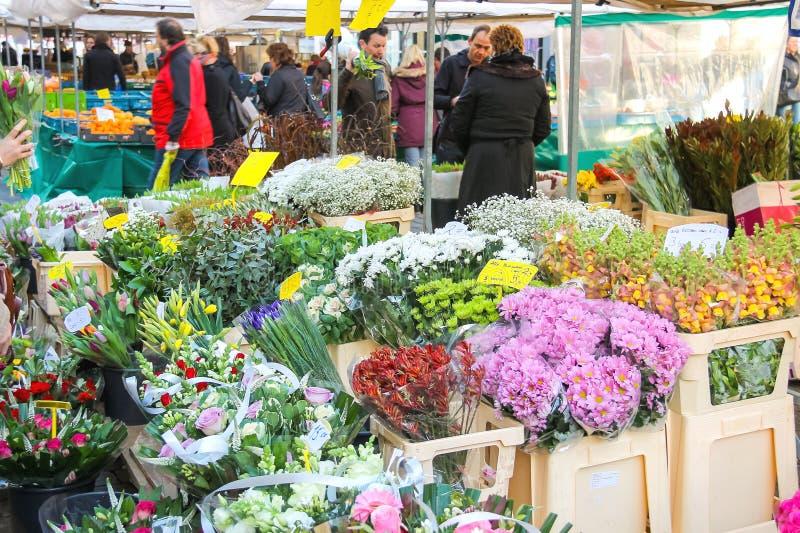 Покупка людей цветет в рынке в голландском вертепе Bosch городка стоковая фотография