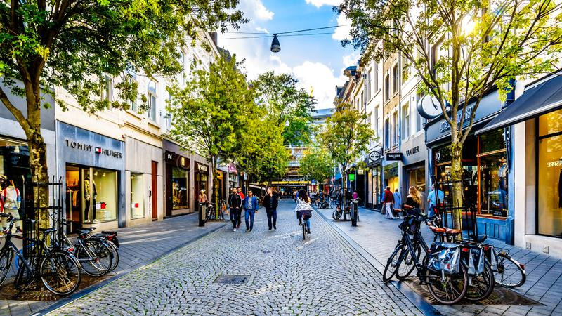Покупки в Maastrichter Brugstraat в центре исторического города Маастрихта стоковые фото