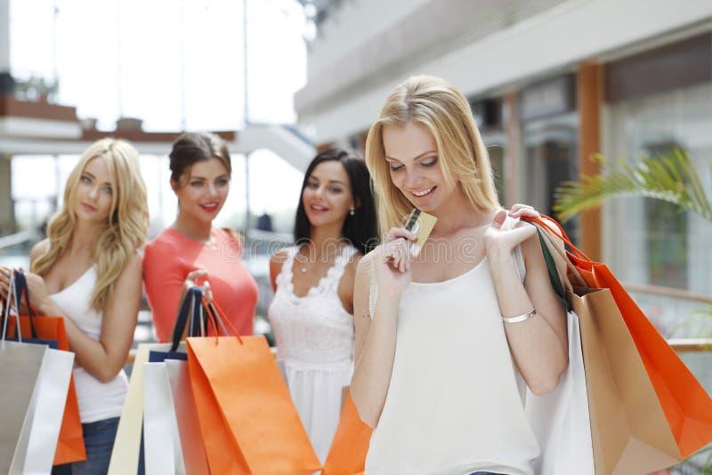 Покупки девушки с кредитной карточкой стоковое изображение rf