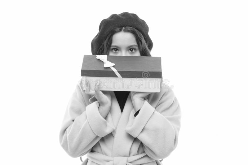 Покупки дня рождения Коробка подарка на день рождения владением ребенк девушки счастливая ( Девушка дня рождения носит стоковое фото