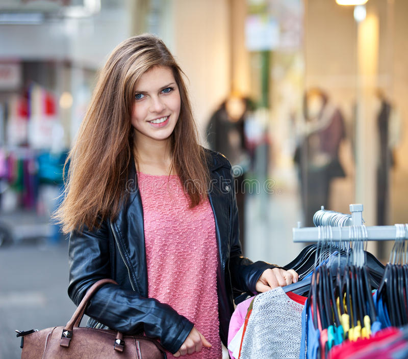 Покупки девушки в городе стоковое изображение