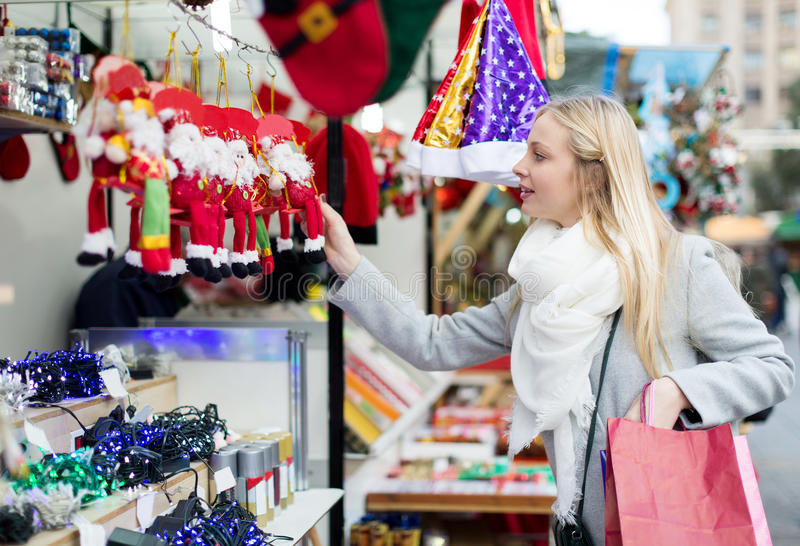 Покупки девушки на рождественской ярмарке стоковая фотография rf