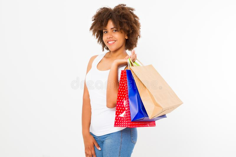 Покупки женщины Афро Счастливая молодая Афро-американская девушка при хозяйственные сумки изолированные на белой предпосылке скоп стоковая фотография
