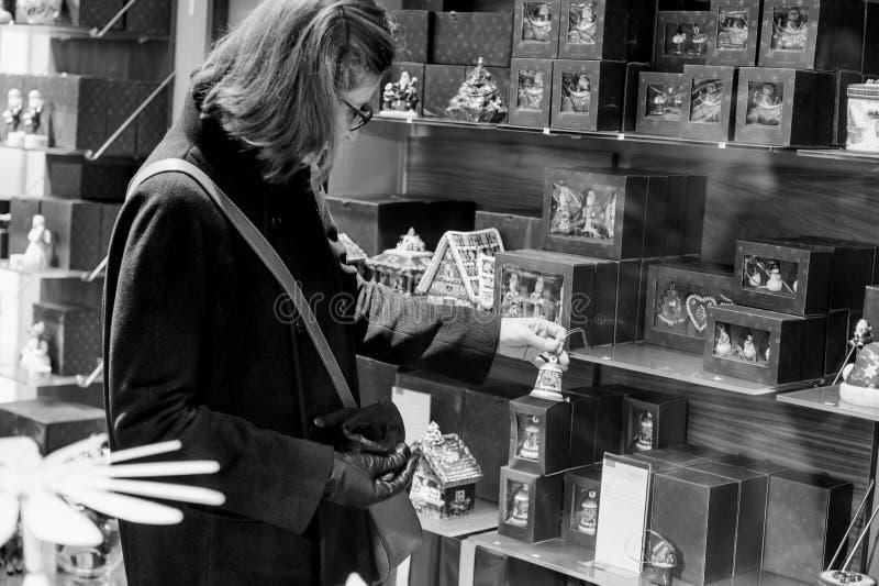 Покупки женщины внутри фарфора Villeroy & Boch керамического стоковые изображения