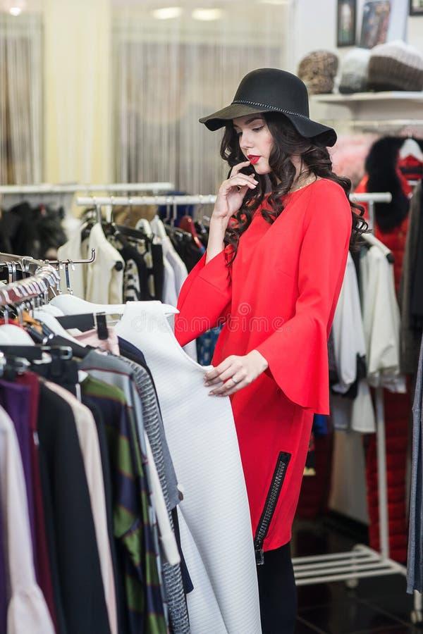 Покупки женщины в бутике стоковая фотография rf
