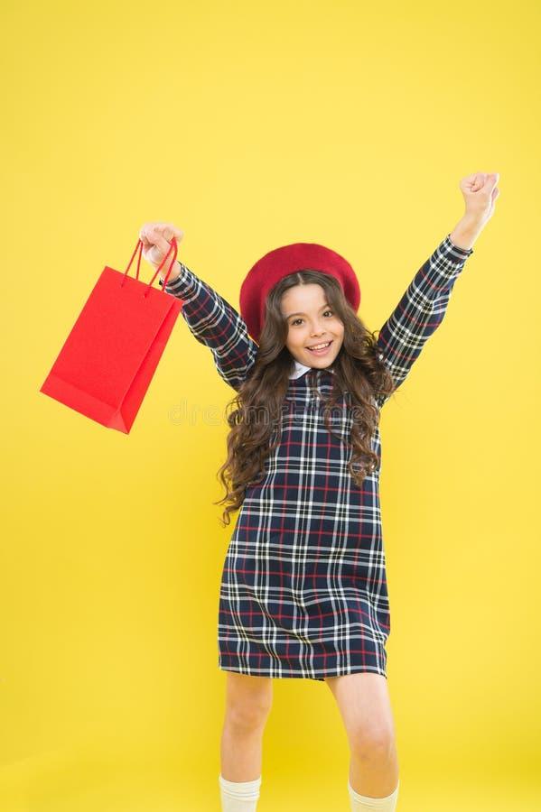 Покупки и приобретение : Скидка продажи День покупок Пакет владением ребенка Мода детей Девушка дня рождения стоковая фотография
