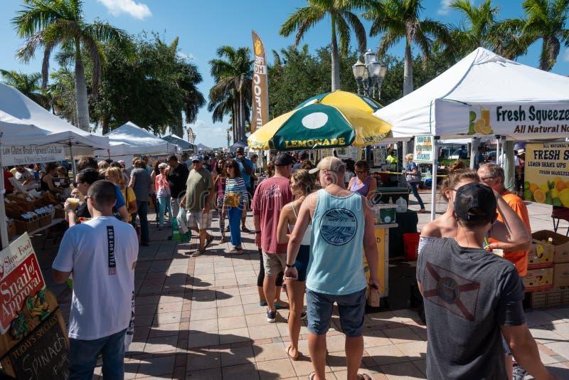 Покупки людей на рынке фермера стоковое изображение rf