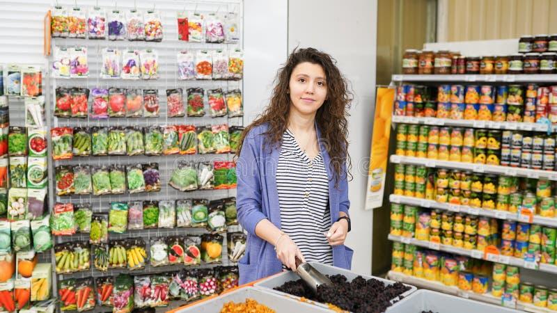 Покупки молодой женщины в супермаркете стоковое изображение rf