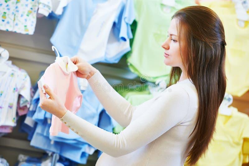 Покупки молодой женщины во время беременности стоковые фотографии rf