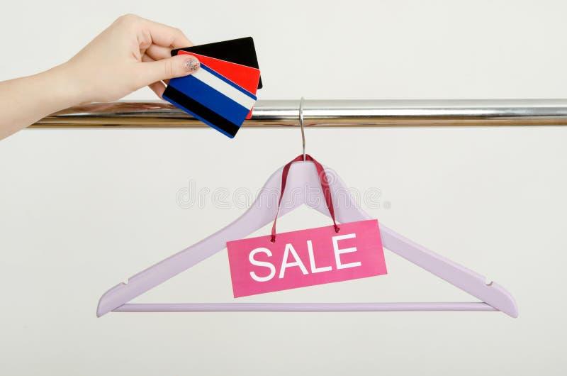 Download Покупки руки женщины Unrecogniazible с кредитными карточками на продаже Стоковое Изображение - изображение насчитывающей кредит, коммерция: 41662461