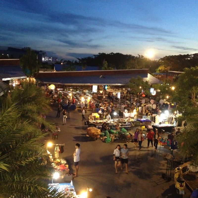 Покупки рынка ночи, идя улица в вечере стоковое фото rf