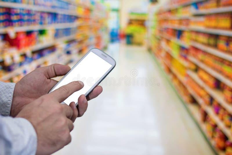 Покупки сенсорного экрана на мобильном телефоне Интернет приказывая покупая t стоковые фото