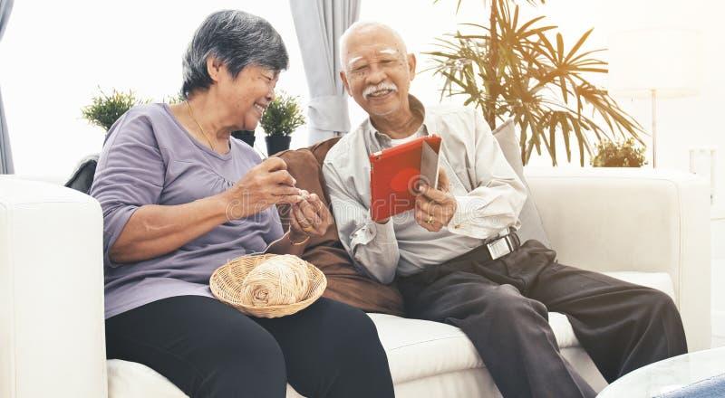 Покупки старших пар онлайн со стороной улыбки стоковая фотография rf