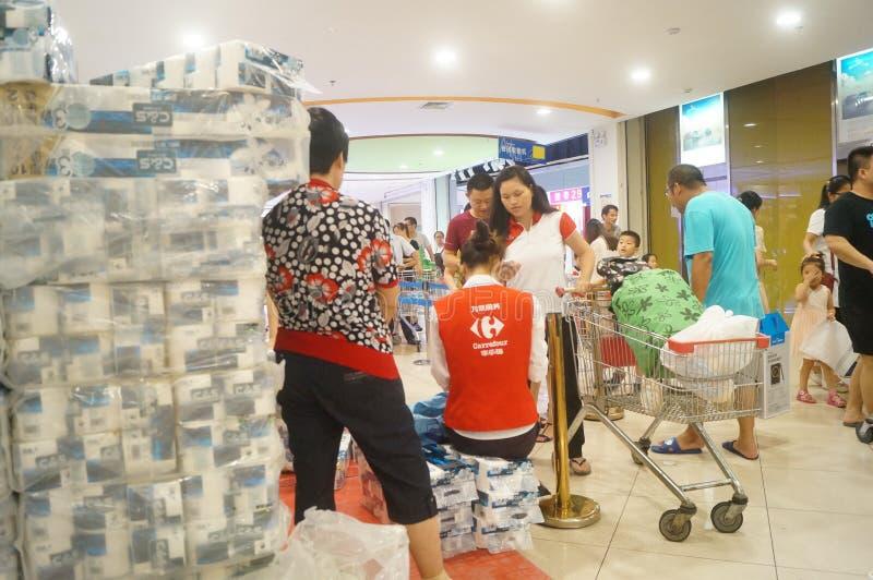Покупки супермаркета carrefour для посылки деятельностей при бумажного полотенца стоковая фотография rf
