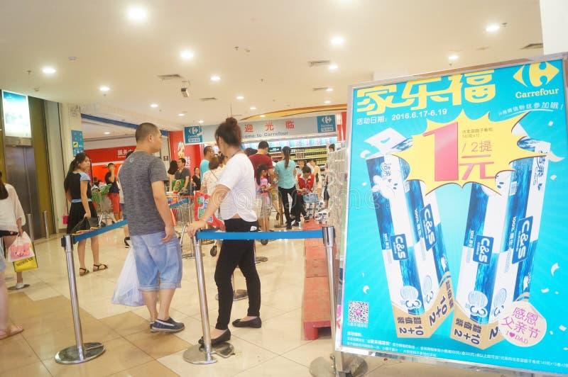 Покупки супермаркета carrefour для посылки деятельностей при бумажного полотенца стоковые фотографии rf