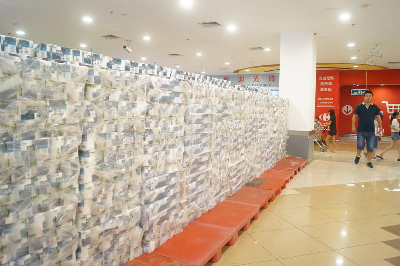 Покупки супермаркета carrefour для посылки деятельностей при бумажного полотенца стоковое фото