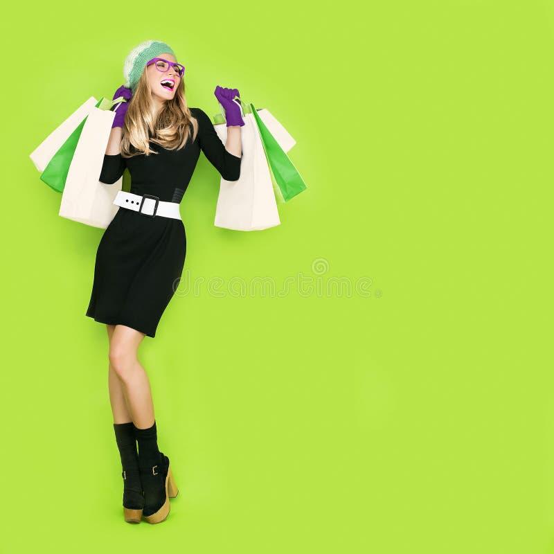 Покупки счастливой девушки био стоковое изображение rf