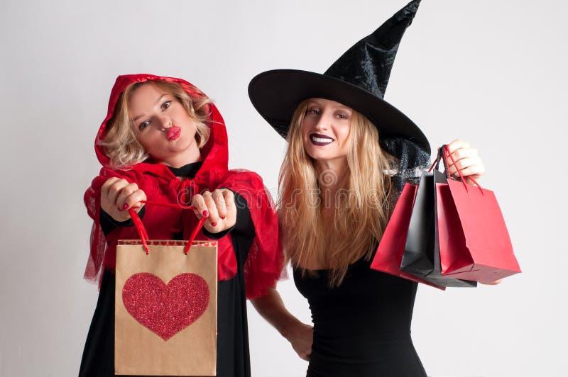Покупки хеллоуина Красивые девушки в костюме хеллоуина стоковое изображение