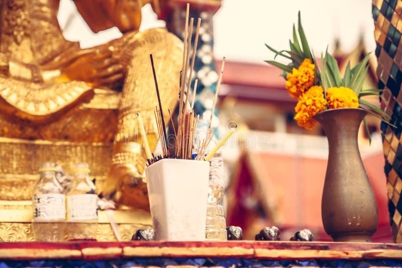 Поклонение богов и в честь умерших в азиатской культуре в буддийском виске стоковые фото