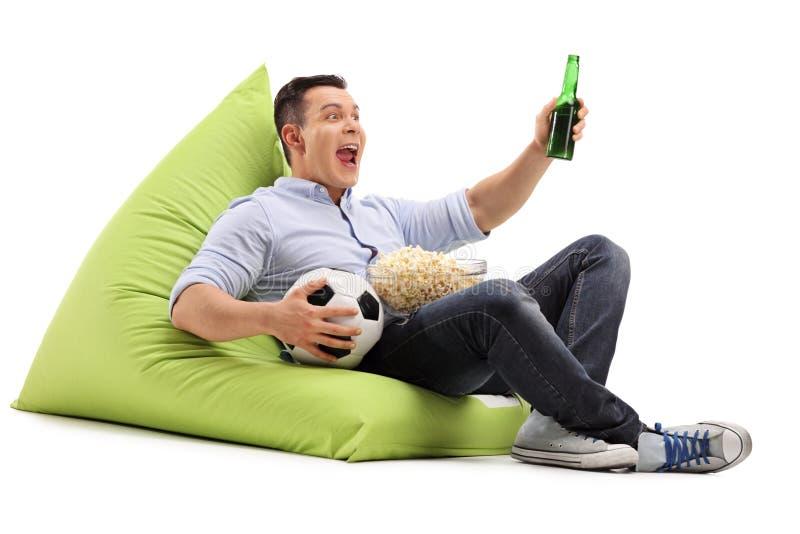 Поклонник футбола наблюдая игру с пивом стоковые изображения rf