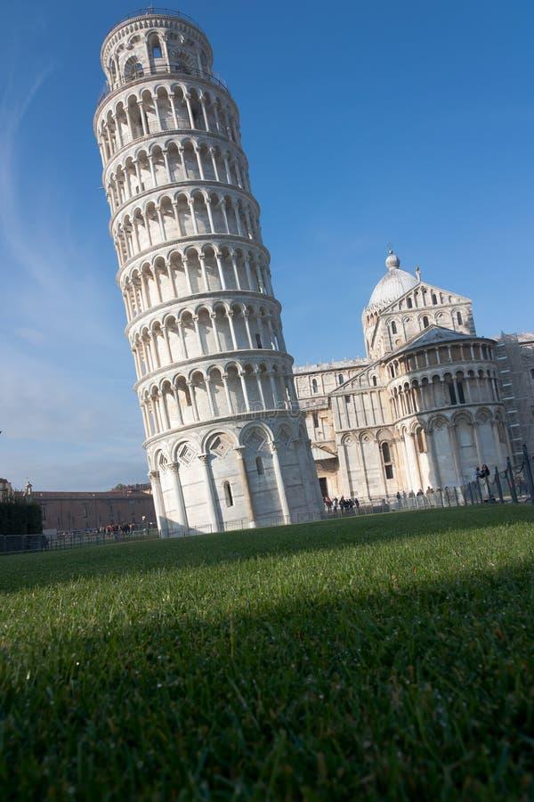 Полагаясь башня Пизы с отрицательным космосом, Италией стоковые изображения