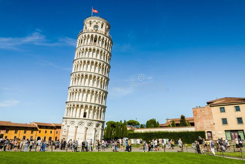 полагаясь башня pisa стоковые изображения rf