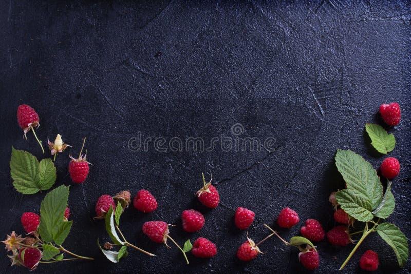 Поленики на черной предпосылке Свежие зрелые сладостные ягоды Выбор здоровой еды стоковые фото