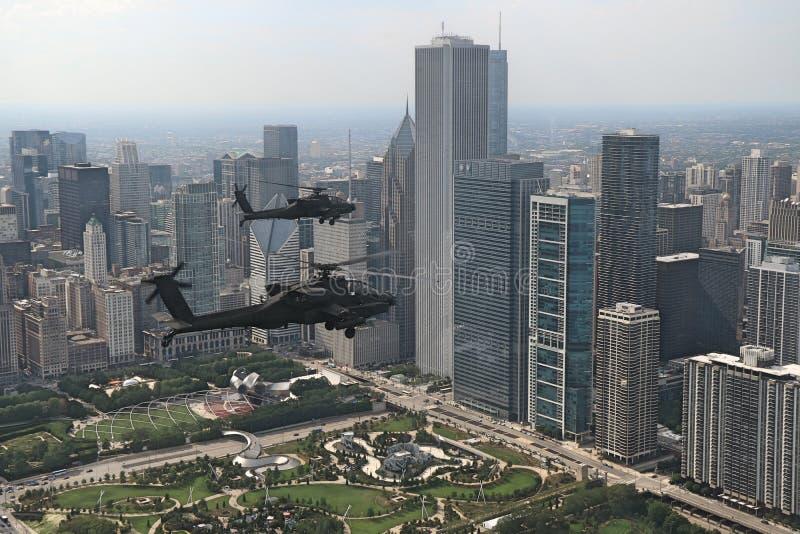 Полет вертолетов апаша летает над городским Чикаго стоковое изображение rf