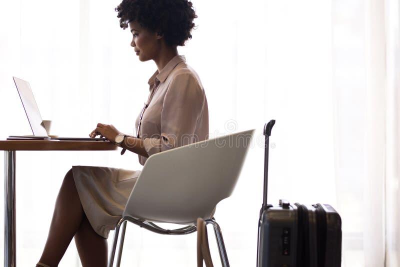 Полет женского делового путешественника ждать стоковые фотографии rf