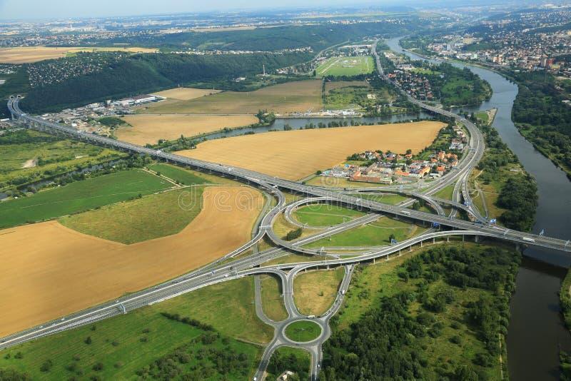 Полет над городом самолетом стоковое изображение rf